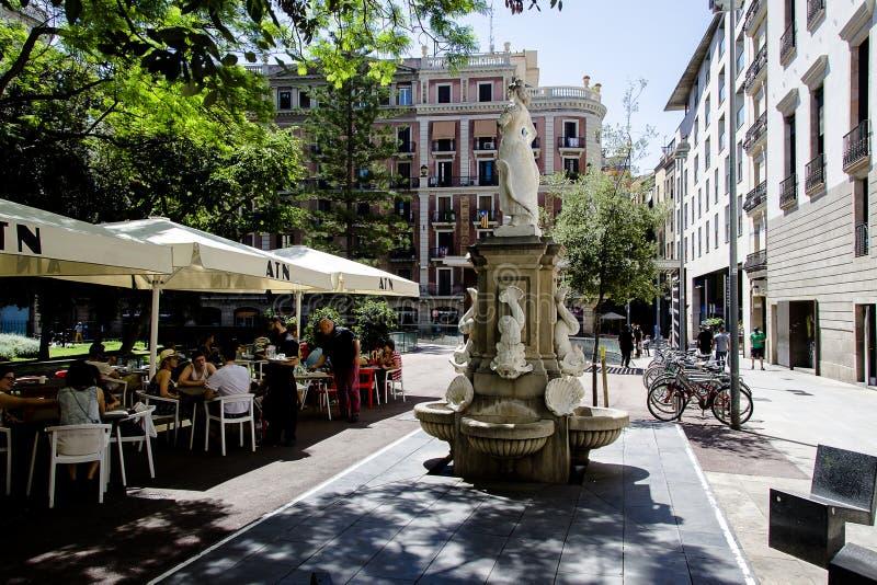 街道场面在哥特式四分之一巴塞罗那的中央 免版税图库摄影