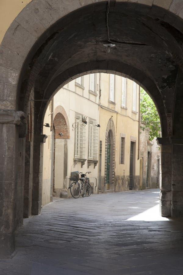 街道场面在有自行车的卢卡 库存图片