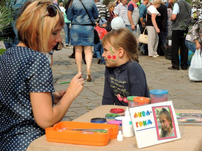 街道女孩面孔绘画  免版税库存照片