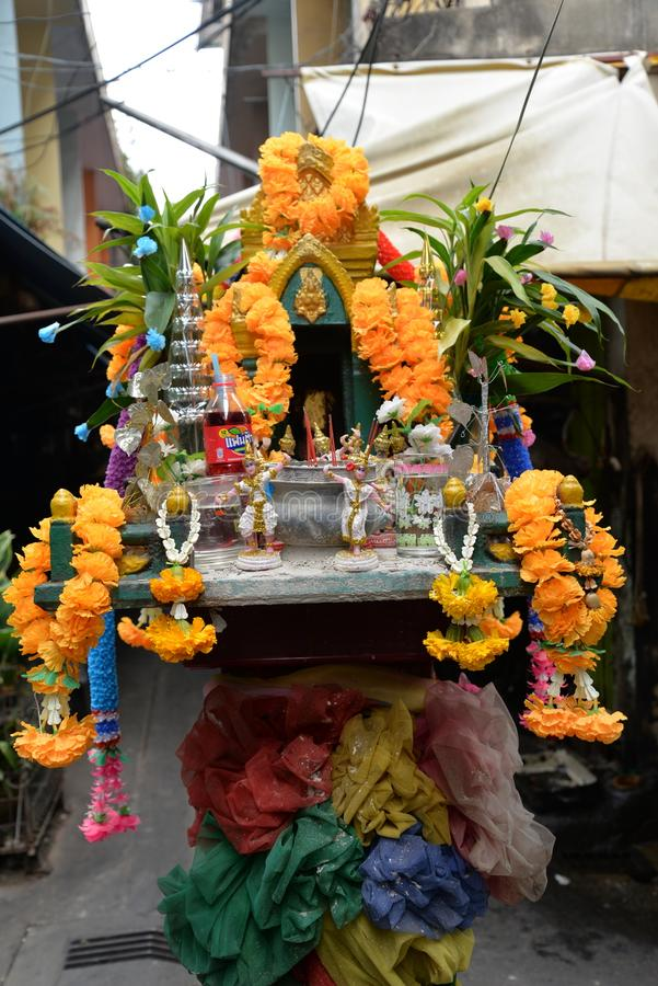 街道寺庙,一点佛教法坛在曼谷 免版税图库摄影