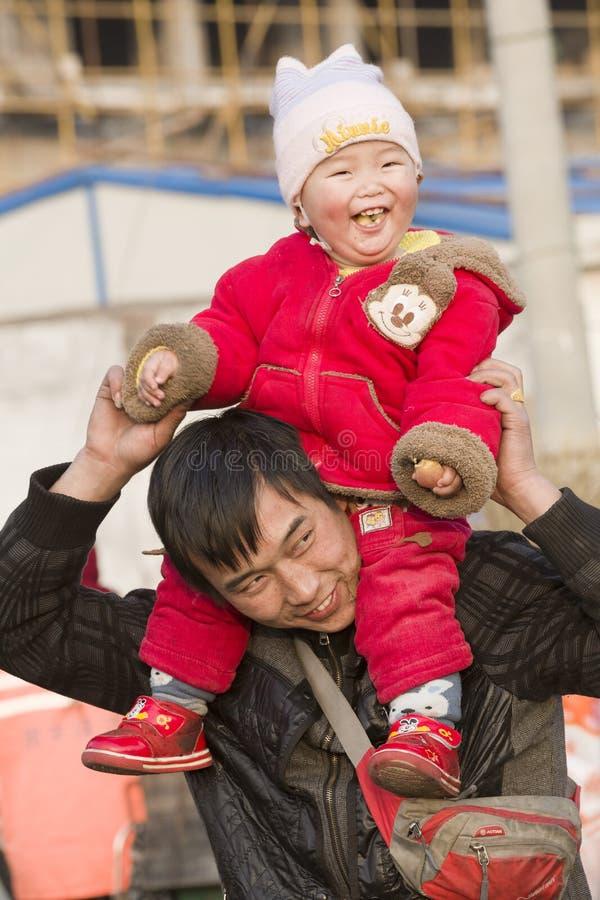 街道小贩和他的孩子的短冷期画象 免版税库存照片