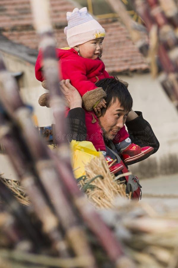 街道小贩和他的孩子的短冷期画象 库存图片