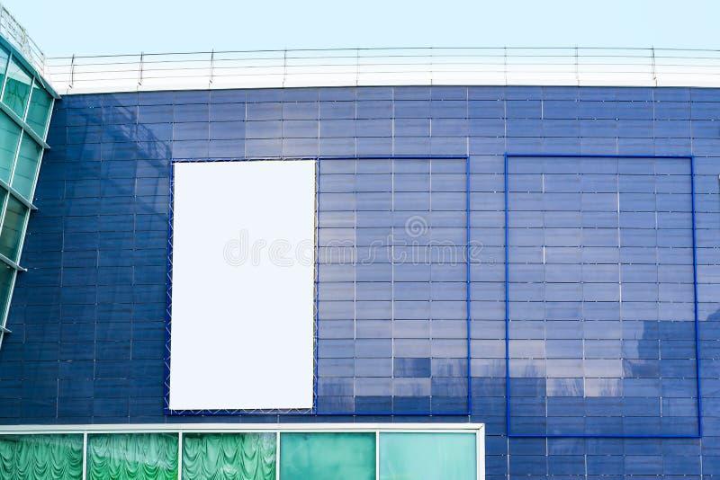 街道布局,在一个现代玻璃大厦的墙壁上的空的广告牌 库存照片