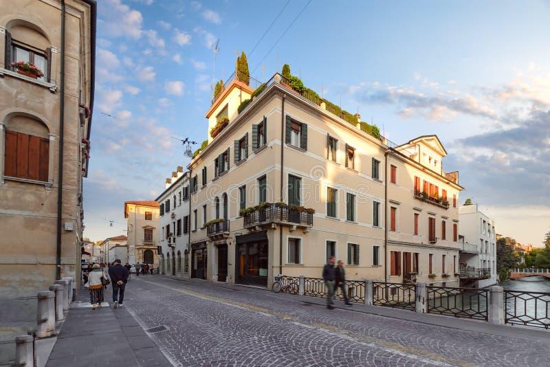 街道建筑学在特雷维索的中心 免版税库存图片