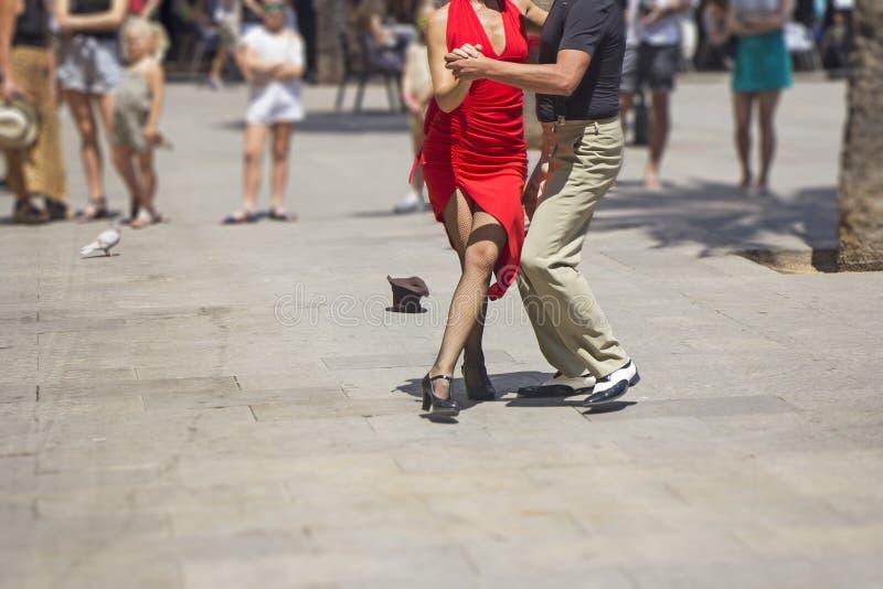 街道执行探戈舞蹈的夫妇舞蹈家 图库摄影