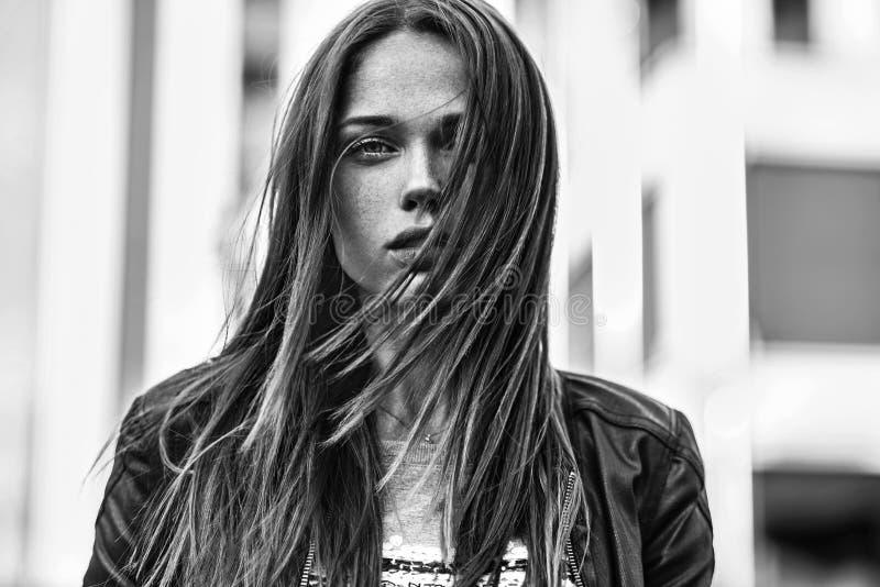 街道时尚概念 年轻美好的模型在城市 库存照片