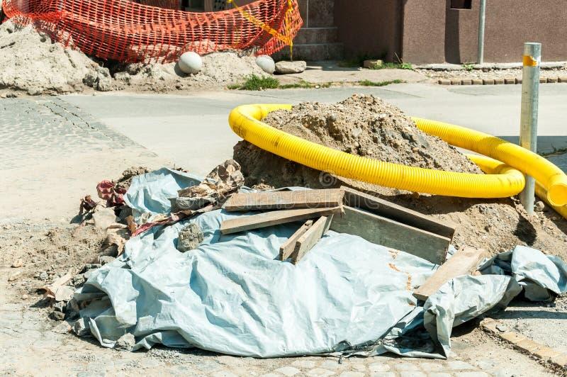 街道有大堆的重建站点沙子和水泥在柏油路安装的新的视觉电话和互联网加州 库存照片