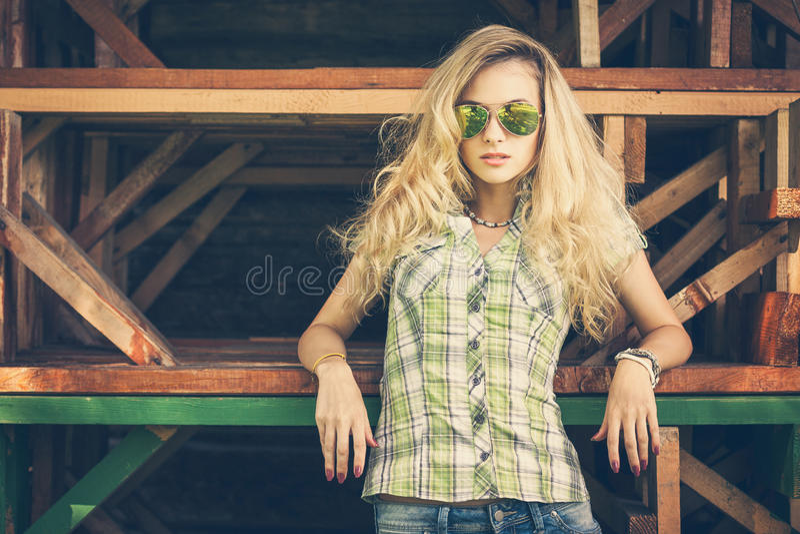 街道样式时尚行家女孩的画象 图库摄影