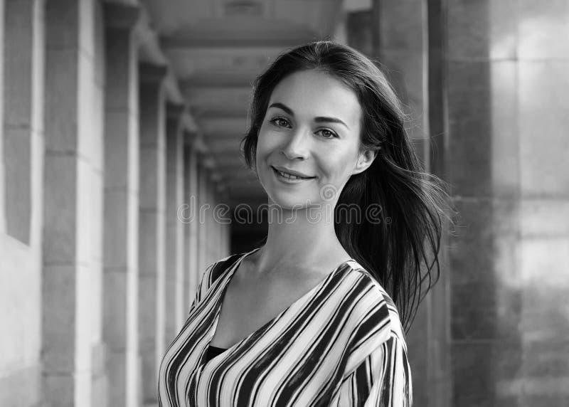街道样式美女户外画象  微笑的妇女年轻人 愉快的生活方式射击 新面孔,布朗头发 库存图片