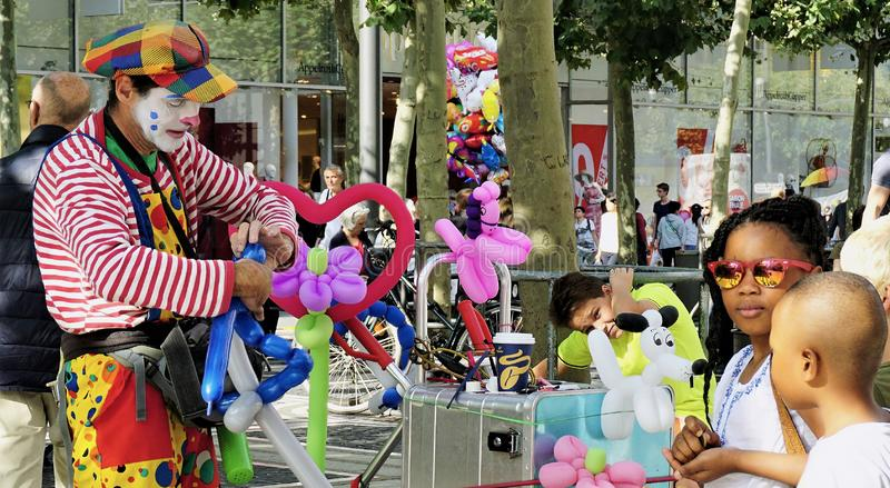 街道气球艺术家招待孩子 免版税库存照片