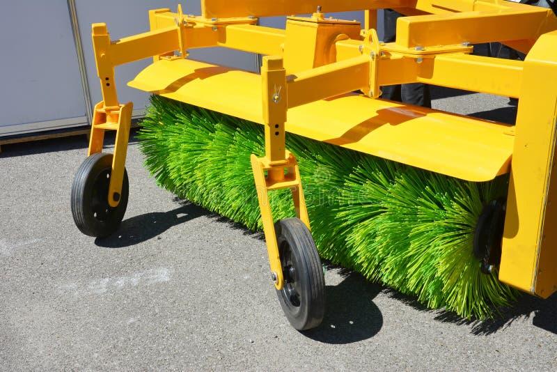 街道清扫车 黄色道路清扫工机器fow洗涤的和清洗的柏油路 图库摄影
