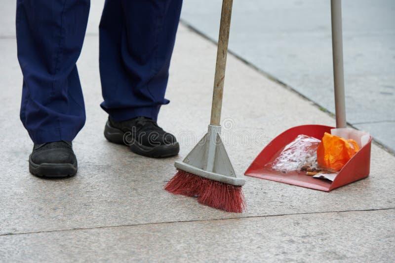 街道清洁和清扫与笤帚 图库摄影