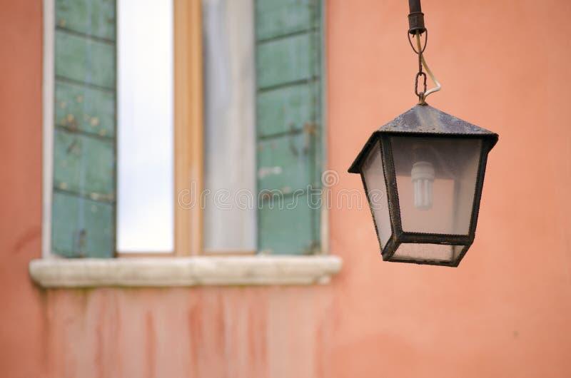 街道灯笼和窗口在威尼斯 库存图片