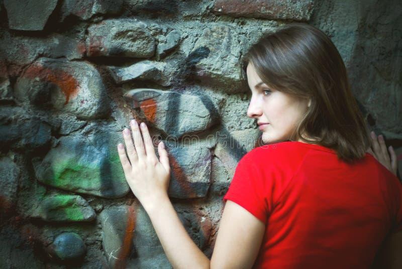 街道画倾斜的墙壁妇女 免版税库存图片