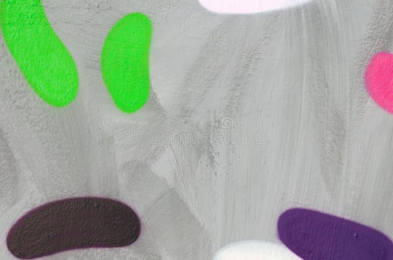街道画的片段在平的墙壁上的,绘与灰色油漆 浅绿色,棕色和紫色颜色卵形图  免版税库存照片