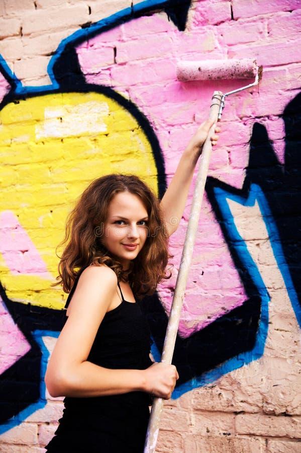 街道画绘画墙壁妇女年轻人 免版税库存图片