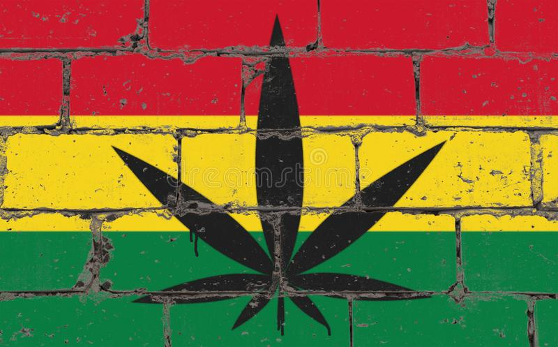 街道画街道艺术在钢板蜡纸的浪花图画 在砖墙上的大麻叶子有旗子的玻利维亚 免版税库存照片