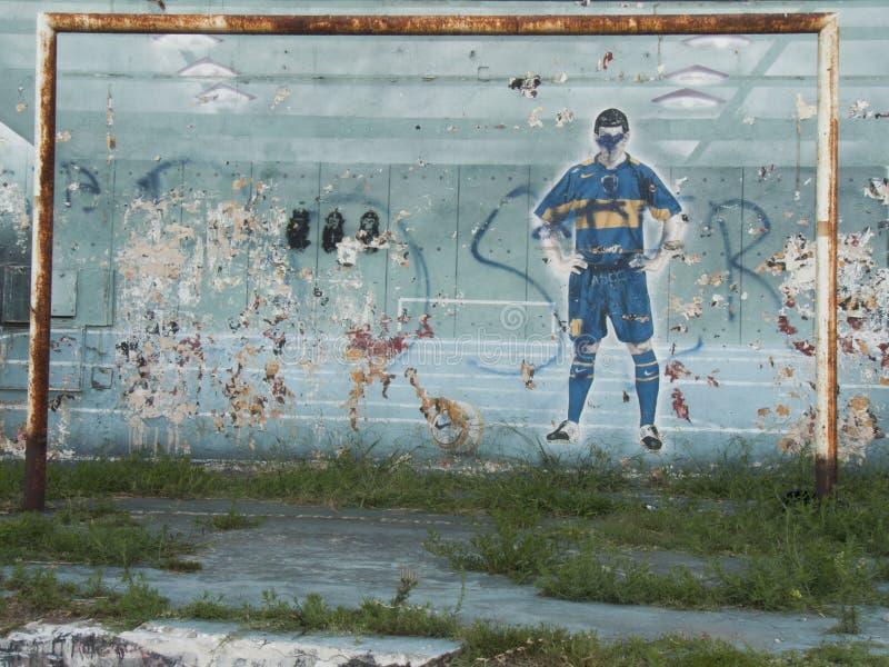 街道画街道艺术足球在墙壁Caminito西班牙语人聚居的区域拉博卡布宜诺斯艾利斯阿根廷拉美好的南美的油漆艺术 免版税库存图片