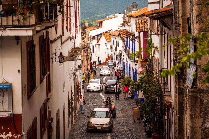 街道的图片在Taxco,格雷罗州五颜六色的镇的  免版税库存照片