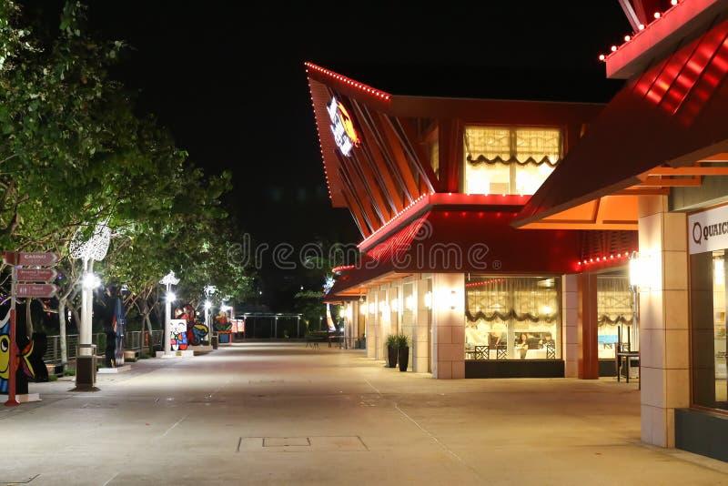 街道的夜视图有异乎寻常的餐馆的在新加坡 免版税库存图片
