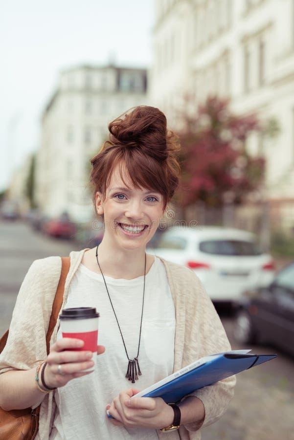 街道的愉快的现代女实业家 图库摄影