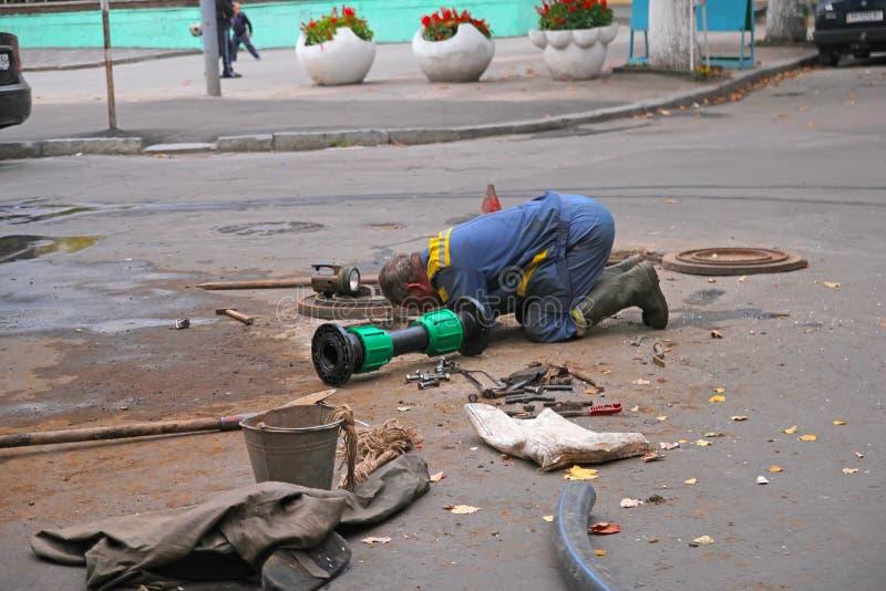 街道的污水工作者 免版税库存照片