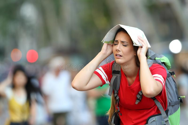 街道的疲乏的青少年的游人 免版税图库摄影