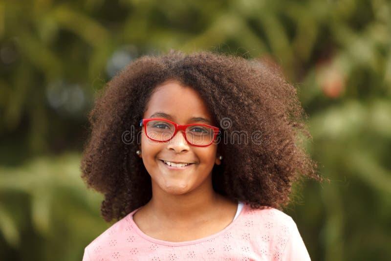 微笑在有非洲的头发的街道的逗人喜爱的非裔美国人的女孩