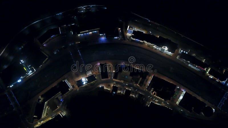 街道的顶面鸟瞰图,有交通的路在晚上 有移动的汽车的路在一个大城市的黑暗,看法从 免版税库存照片