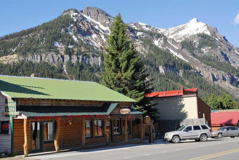 街道穿过厨师城市,黄石国家公园,蒙大拿 免版税库存图片