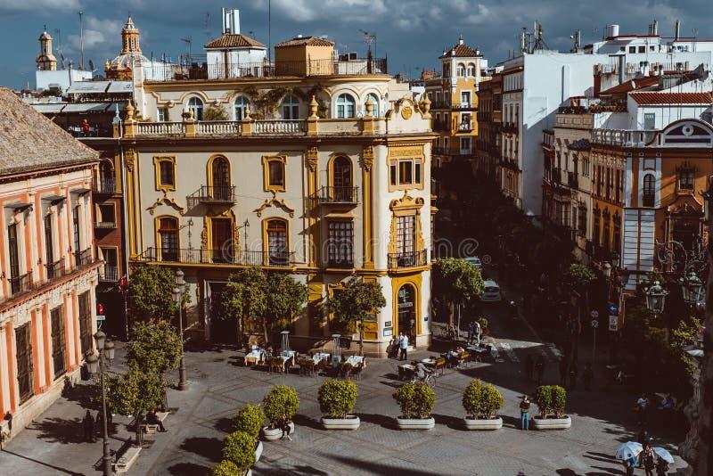 街道美丽的景色在市中心与历史建筑和老建筑学,鸟瞰图,剧烈的天空 免版税库存图片