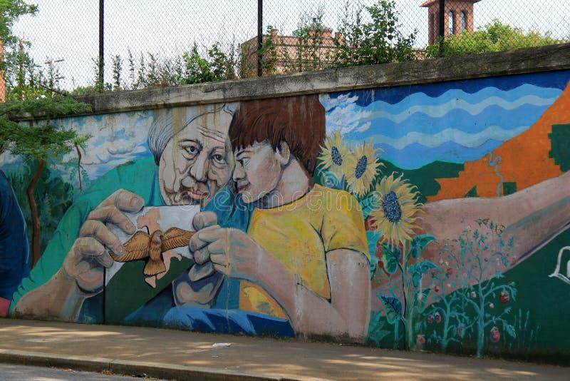 街道艺术的美好的例子,显示在祖母和孙之间的爱,一点意大利,克利夫兰,俄亥俄, 2016年 免版税库存图片