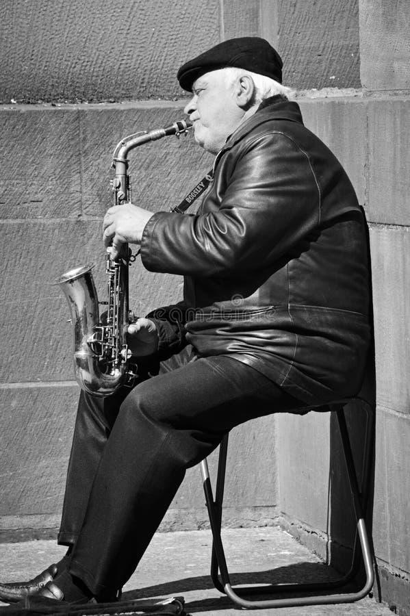 街道萨克斯管吹奏者 库存照片