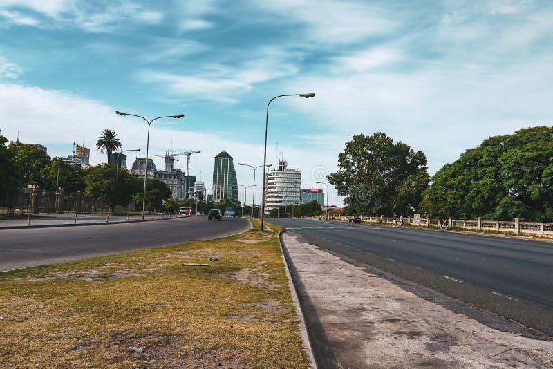 街道视图和多云天空在布宜诺斯艾利斯 免版税库存图片