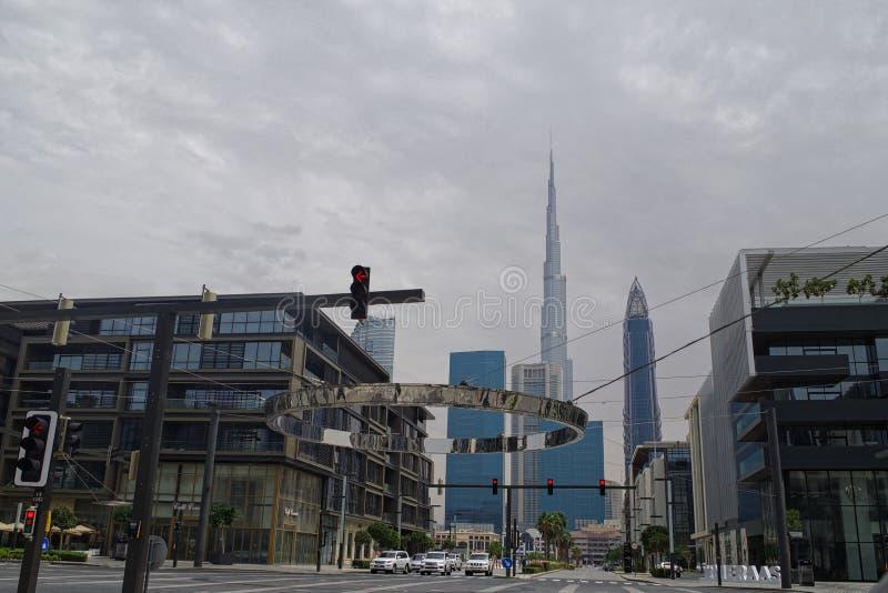 街道路的图片在有偶象哈里发塔的迪拜街市在背景中 库存图片