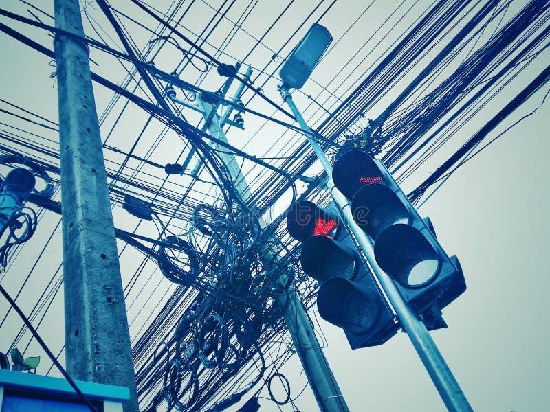 街道边环境在城市有许多电源杆和输电线 免版税库存图片