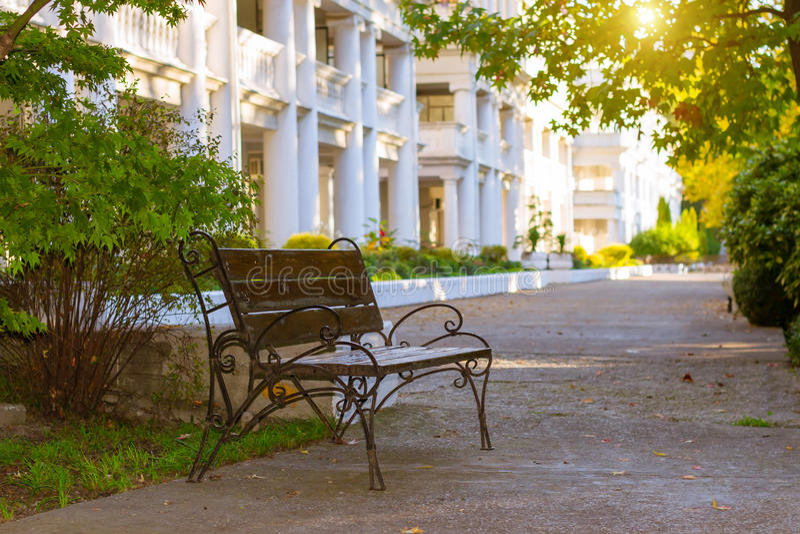 街道长凳在公园 免版税库存照片