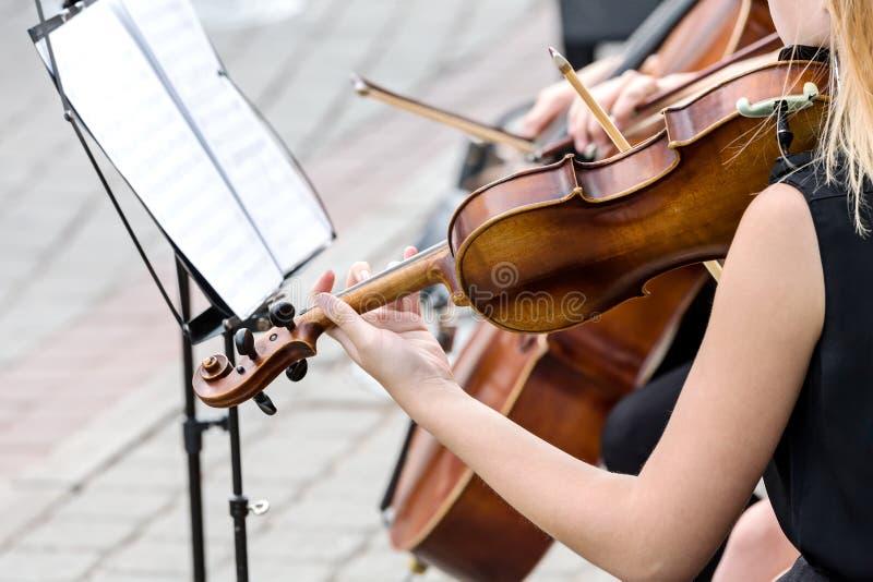 街道音乐会的小提琴手 图库摄影