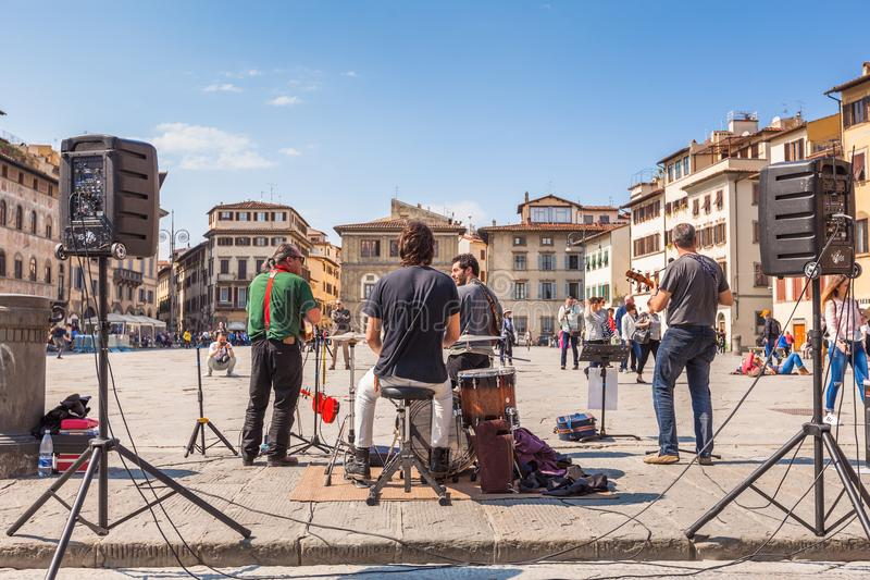 街道音乐家在广场二三塔Croce使用在佛罗伦萨, Ital 免版税库存图片