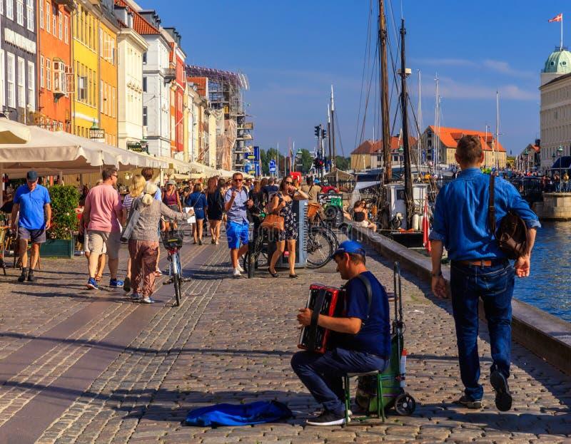 街道音乐家在Nyhavn,哥本哈根,丹麦- 2016年8月 库存照片