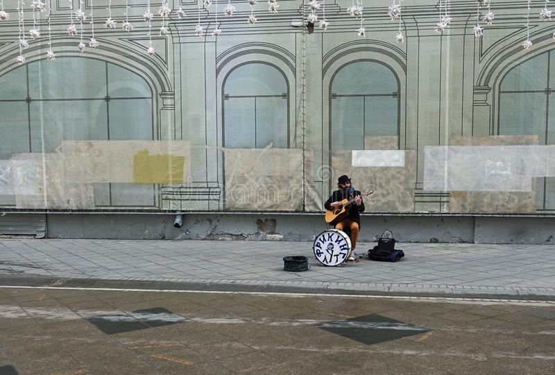 街道音乐家弹吉他 免版税图库摄影