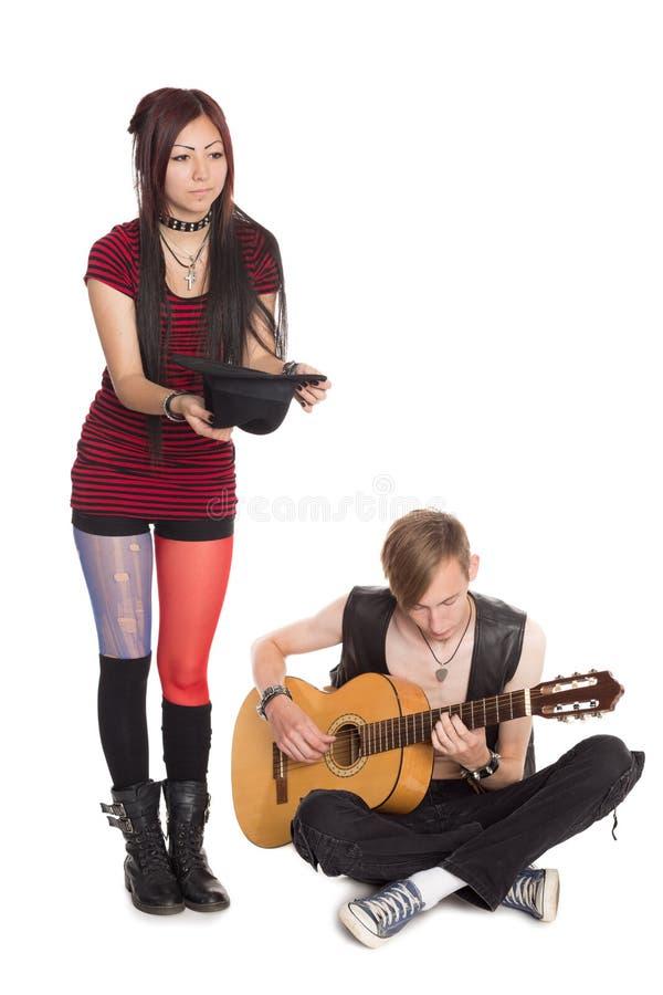 街道音乐家戏剧和在吉他唱歌 库存图片