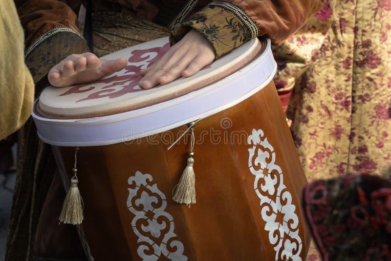 街道音乐家播放传统亚洲鼓 r 免版税库存照片
