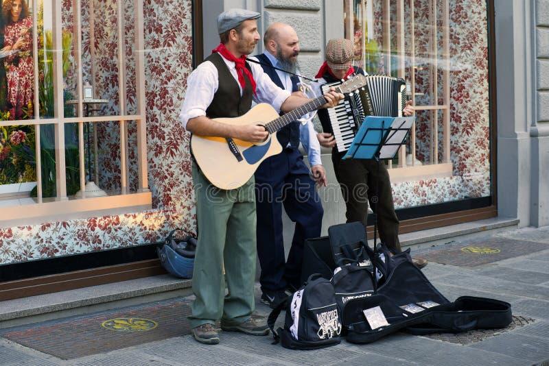 街道音乐家表现  免版税库存照片