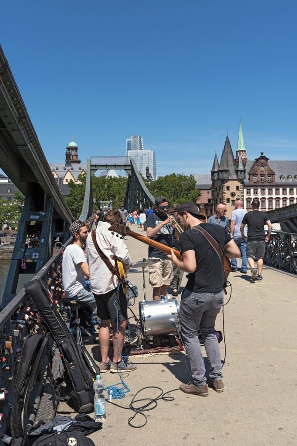 街道音乐家表现eiserner steg的在法兰克福德国 免版税库存照片
