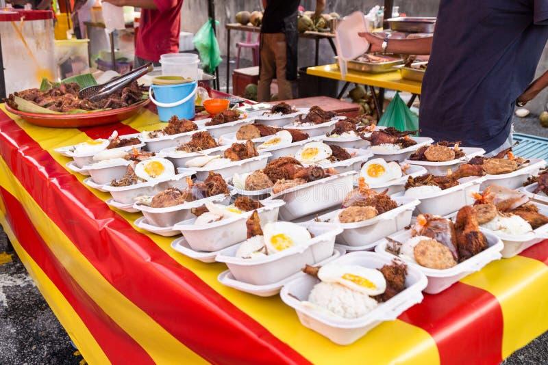 街道食物义卖市场在iftar的马来西亚在赖买丹月斋戒期间 免版税库存照片