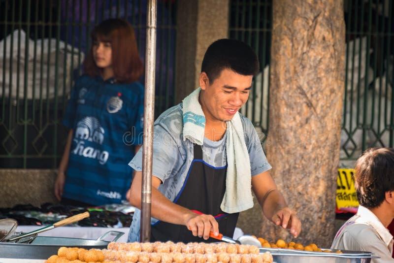 街道食物卖主在Chatuchak市场上在曼谷 免版税库存照片