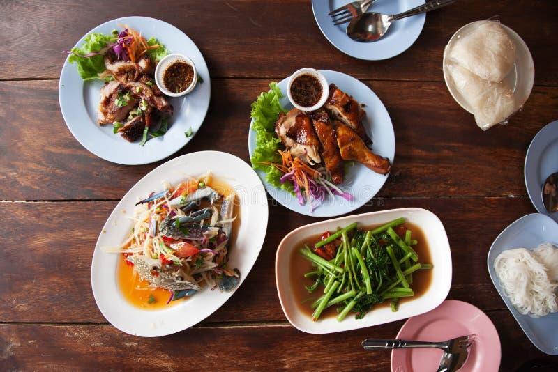 街道食物番木瓜沙拉烤了鸡和猪肉 库存图片