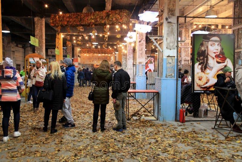 街道食物节日的未认出的人在基辅,乌克兰 图库摄影