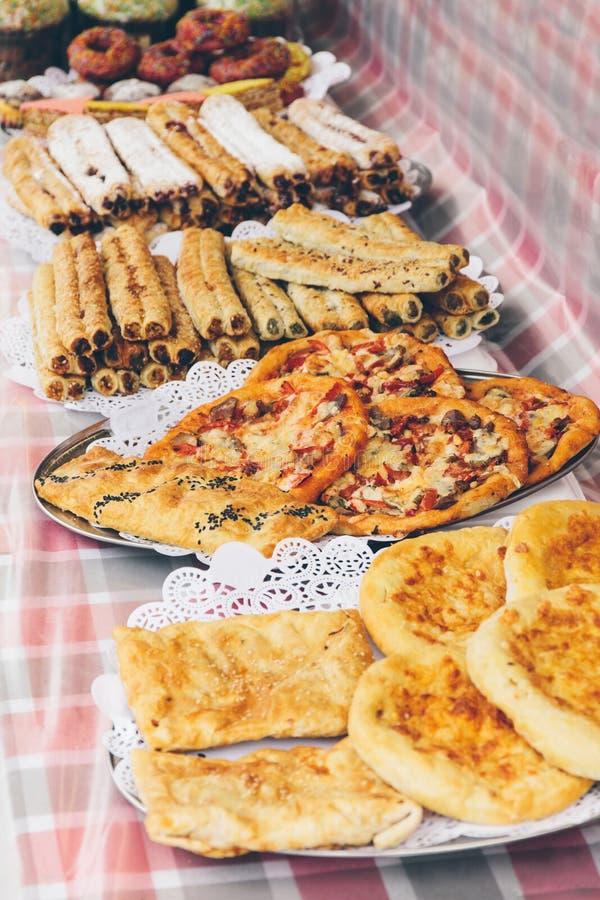 街道食物节日,有可口盘的一家商店 免版税库存照片